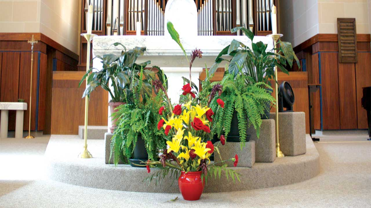 Altar  floral arrangement  of golden lilies and red roses, colors symbolizing  the passion, and  victory .