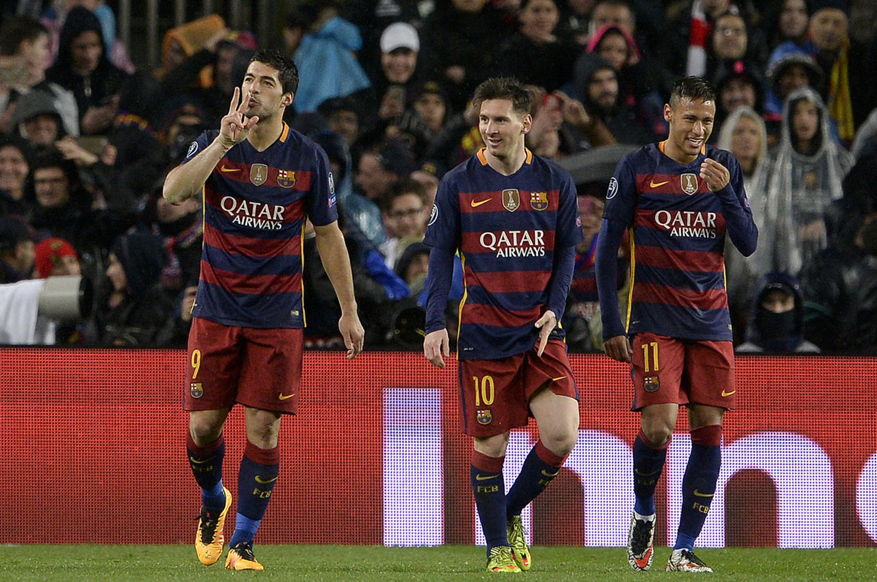 Barcelona's Uruguayan forward Luis Suarez (L) celebrates his goal with Barcelona's Argentinian forward Lionel Messi (C) and Barcelona's Brazilian forward Neymar (R) during the UEFA Champions League Round of 16 second leg football match FC Barcelona vs Arsenal FC at the Camp Nou stadium in Barcelona on March 16, 2016.  / AFP / JOSEP LAGO