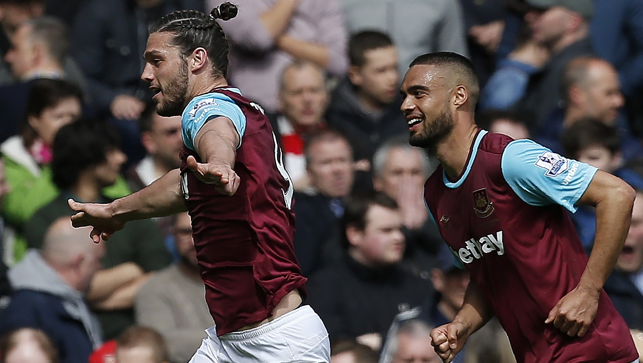 West Ham United's English striker Andy Carroll (L) celebrates scoring his team's second goal during the English Premier League football match between West Ham United and Arsenal at The Boleyn Ground in Upton Park, in east London on April 9, 2016. / AFP PHOTO / Ian Kington / RESTRICTED TO EDITORIAL USE. No use with unauthorized audio, video, data, fixture lists, club/league logos or 'live' services. Online in-match use limited to 75 images, no video emulation. No use in betting, games or single club/league/player publications. /