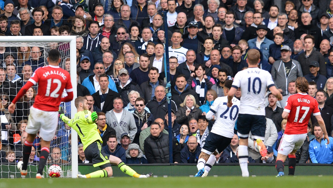 Tottenham Hotspur's English midfielder Dele Alli (3R) shoots and scores past Manchester United's Spanish goalkeeper David de Gea during the English Premier League football match between Tottenham Hotspur and Manchester United at White Hart Lane in London, on April 10, 2016. / AFP PHOTO / GLYN KIRK