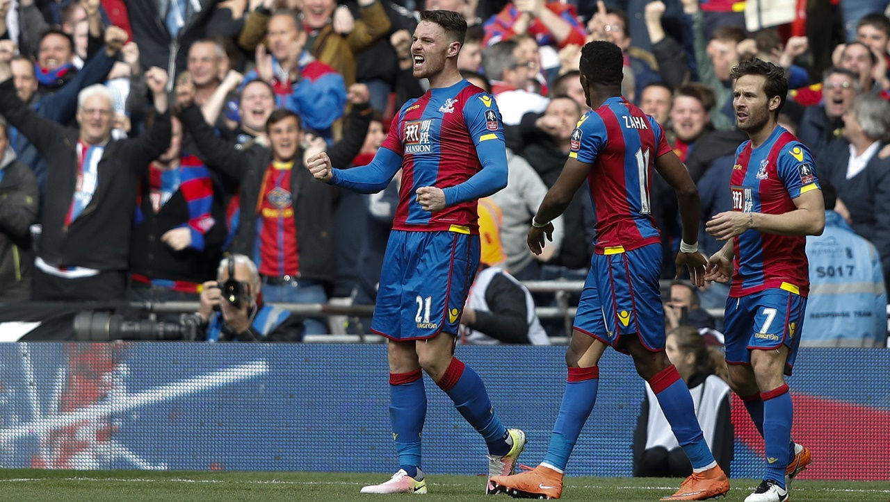 Crystal Palace's English striker Connor Wickham (L) celebrates scoring their second goal during an FA Cup semi-final football match between Crystal Palace and Watford at Wembley Stadium in London on April 24, 2016. / AFP PHOTO / ADRIAN DENNIS / NOT FOR MARKETING OR ADVERTISING USE / RESTRICTED TO EDITORIAL USE