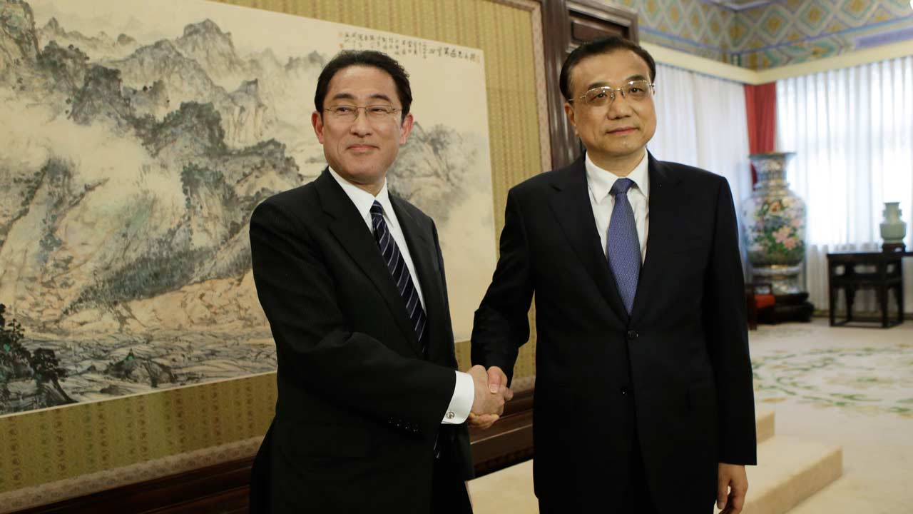 Japanese Foreign Minister Fumio Kishida (L) shakes hands with China's Premier Li Keqiang during a meeting at Zhongnanhai in Beijing on April 30, 2016. JASON LEE / pool / AFP