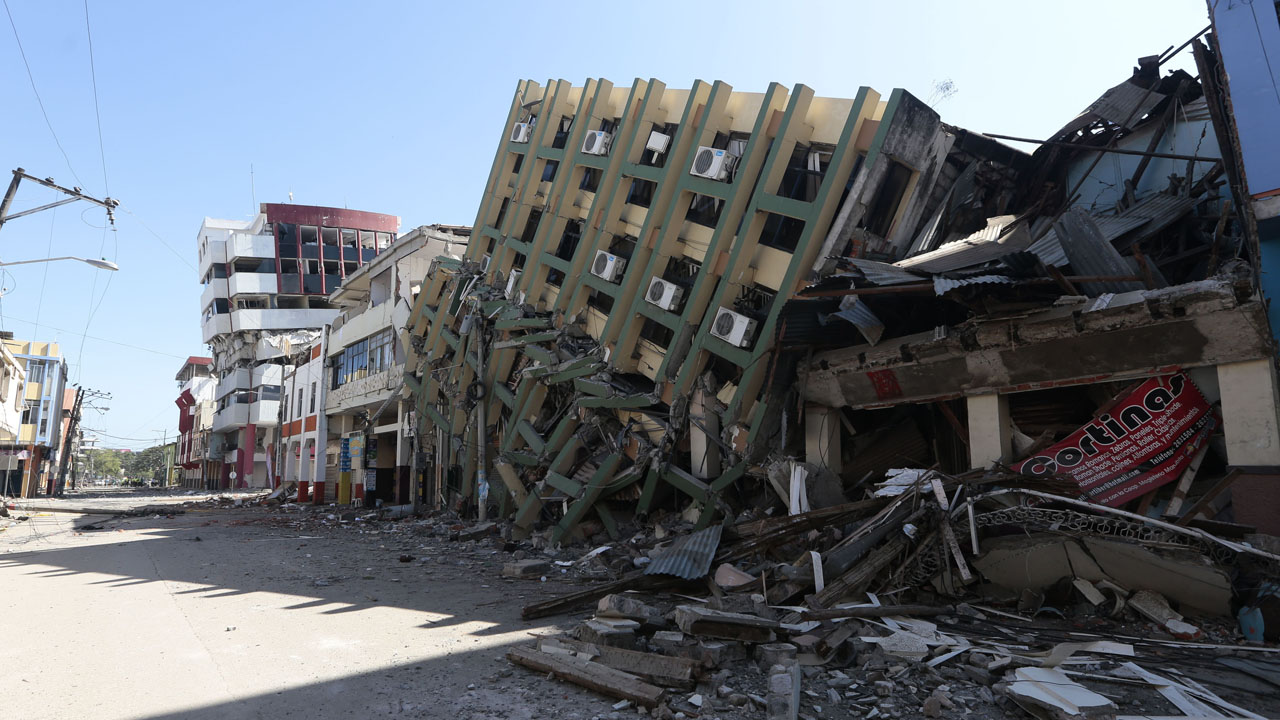 Collapsed buildings in Portoviejo, Ecuador, on April 19, 2016. Three days after the powerful 7.8-magnitude quake struck Ecuador's Pacific coast in a zone popular with tourists, 480 people are known to have died, the government said. / AFP PHOTO / Juan Cevallos
