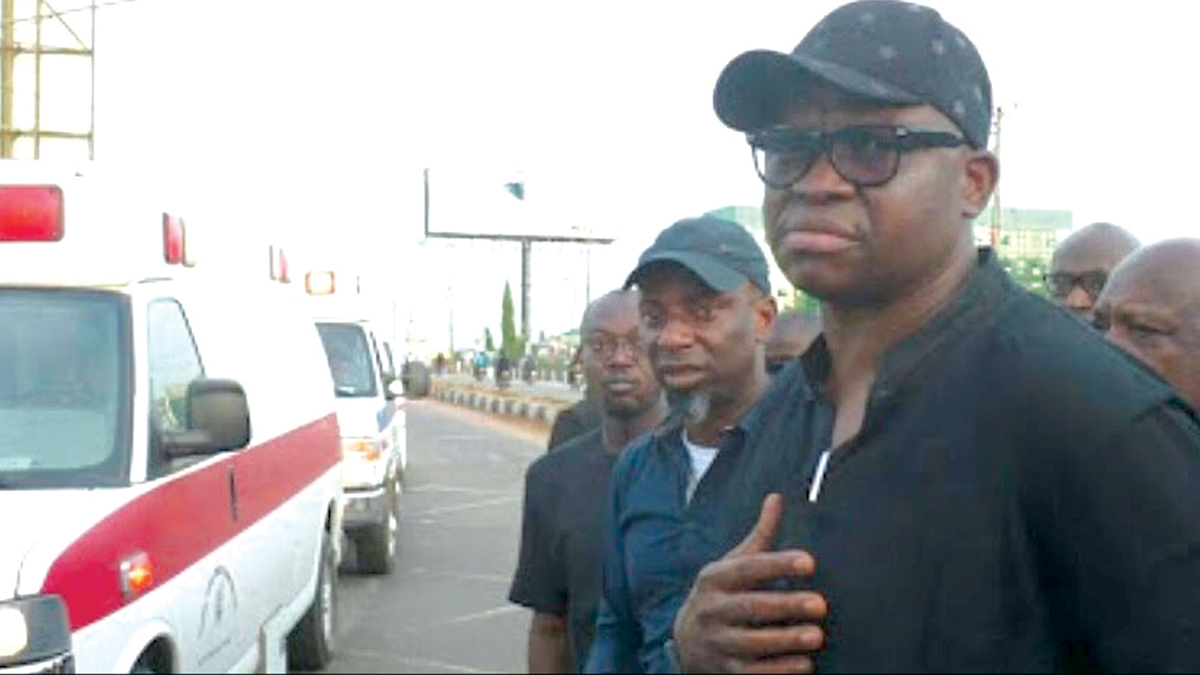 Fayose receiving bodies of the six Ekiti doctors
