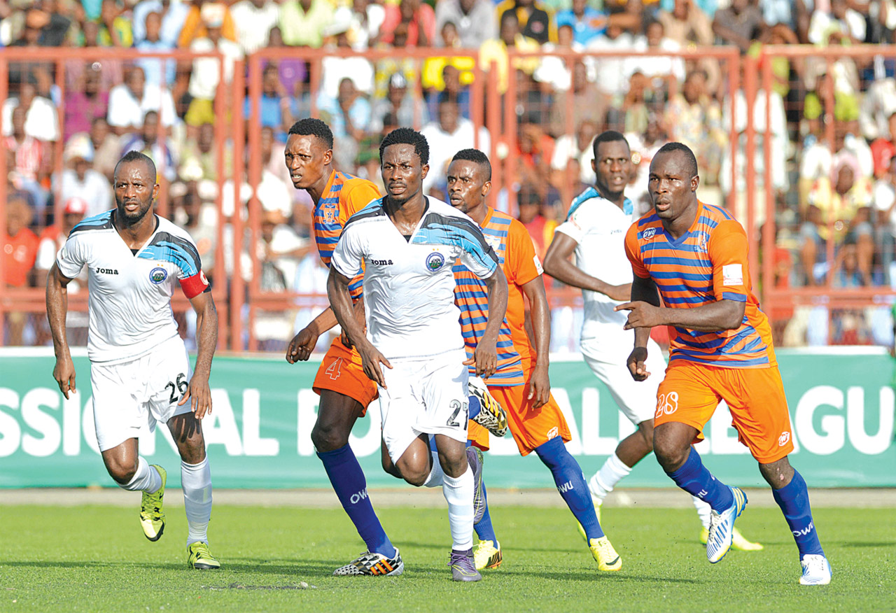 Sunshine Stars and Enyimba battling for points during their Week 11 NPFL game in Akure…on Wednesday. PHOTO: LMC.