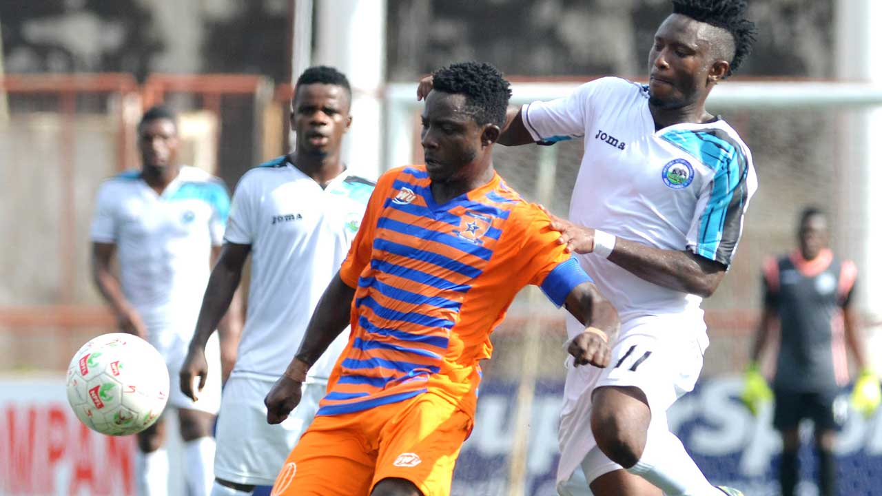 Enyimba's Ayalogu (right) challenges Abey Sunday of Sunshine Stars during their recent NPFL match in Akure. Chukwuma says the LMC has done a good job on the league.            PHOTO: LMC.