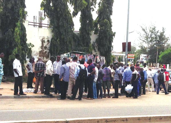 Anxious to know what's happening...Crowd at a newspaper stand in the FCT PHOTO: ITUNU AJAYI