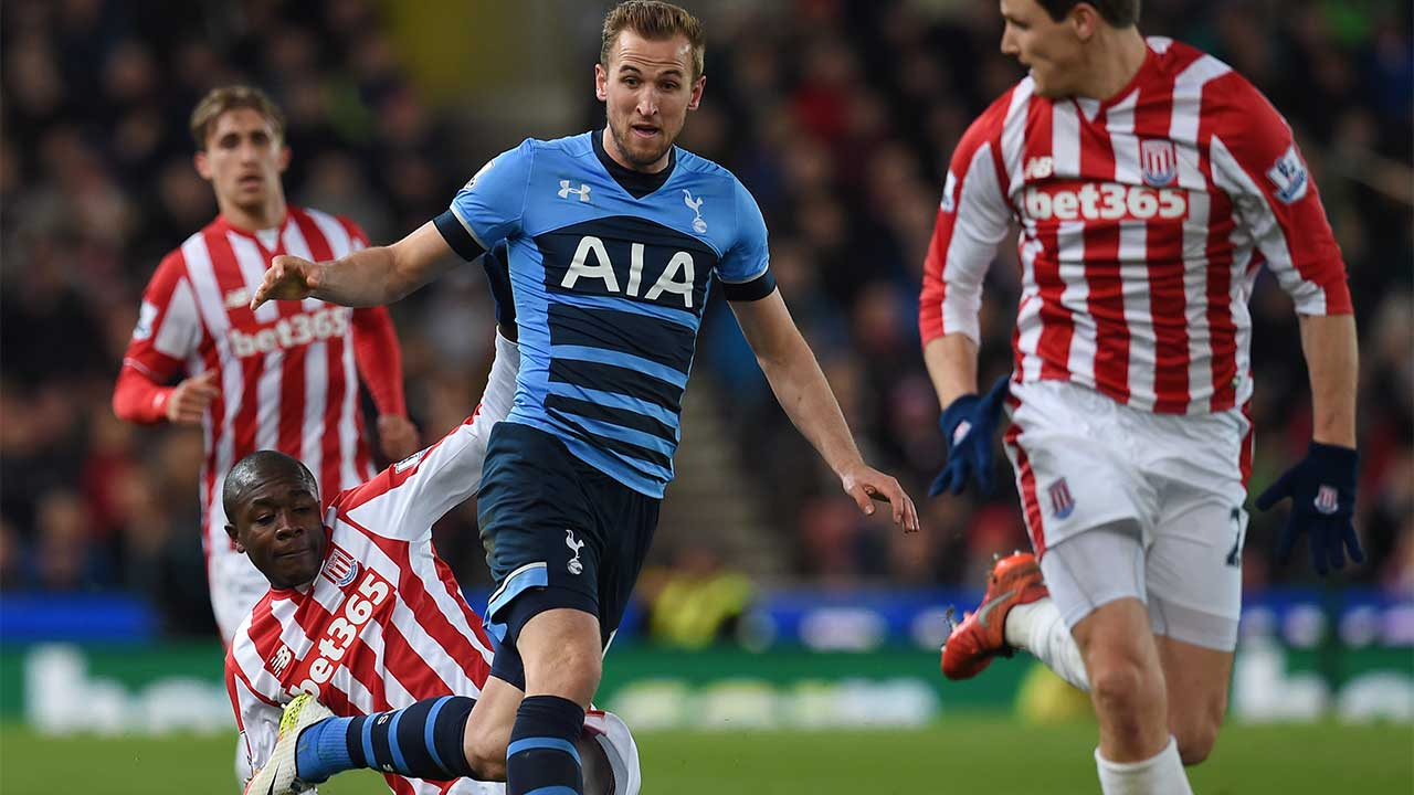Tottenham Hotspur's English striker Harry Kane (2nd R) in action during the English Premier League football match between Stoke City and Tottenham Hotspur at the Britannia PAUL ELLIS / AFP