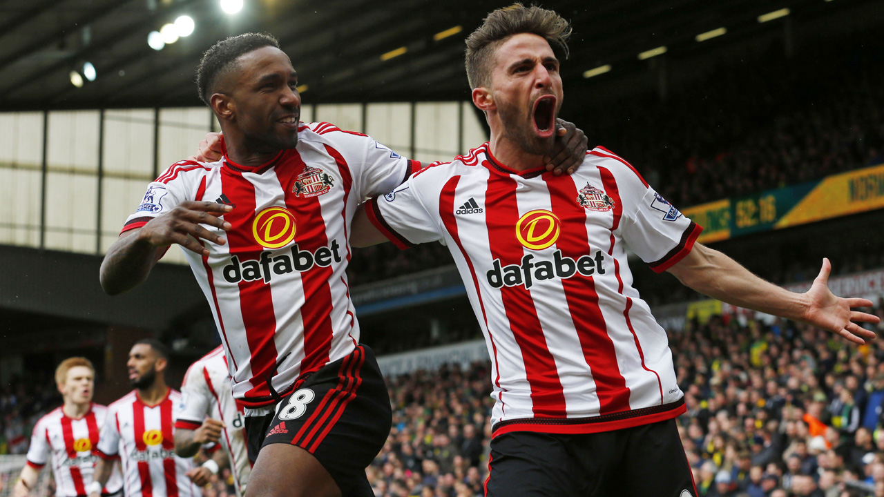 Sunderland's English striker Jermain Defoe (L) celebrates with Sunderland's Italian striker Fabio Borini (R) after scoring their second goal during the English Premier League football match between Norwich City and Sunderland at Carrow Road in Norwich, eastern England, on April 16, 2016. / AFP PHOTO / LINDSEY PARNABY / RESTRICTED TO EDITORIAL USE. No use with unauthorized audio, video, data, fixture lists, club/league logos or 'live' services. Online in-match use limited to 75 images, no video emulation. No use in betting, games or single club/league/player publications. /