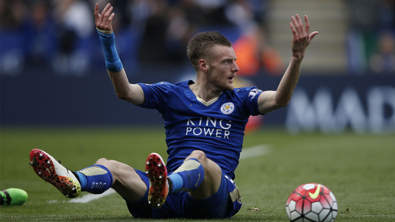 Leicester City's English striker Jamie Vardy (L) reacts after going down in the box under pressure from West Ham United's Italian defender Angelo Ogbonna (R) an incident for which vardy was shown his second yellow card for simulation and sent off during the English Premier League football match between Leicester City and West Ham United at King Power Stadium in Leicester, central England on April 17, 2016. / AFP PHOTO / ADRIAN DENNIS /