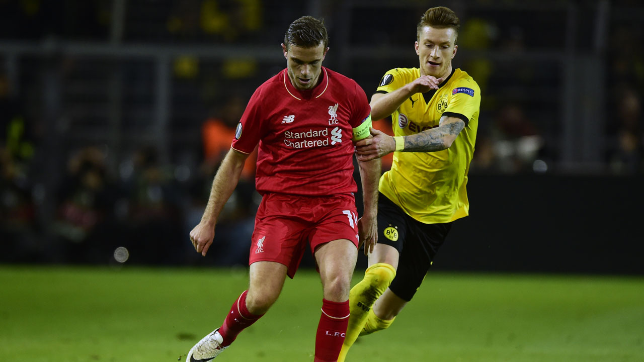 Liverpool's English midfielder Jordan Henderson (L) and Dortmund's striker Marco Reus vie for the ball during the UEFA Europe League quarter-final, first-leg football match Borussia Dortmund vs Liverpool FC in Dortmund, western Germany on April 7, 2016. / AFP PHOTO / John MACDOUGALL