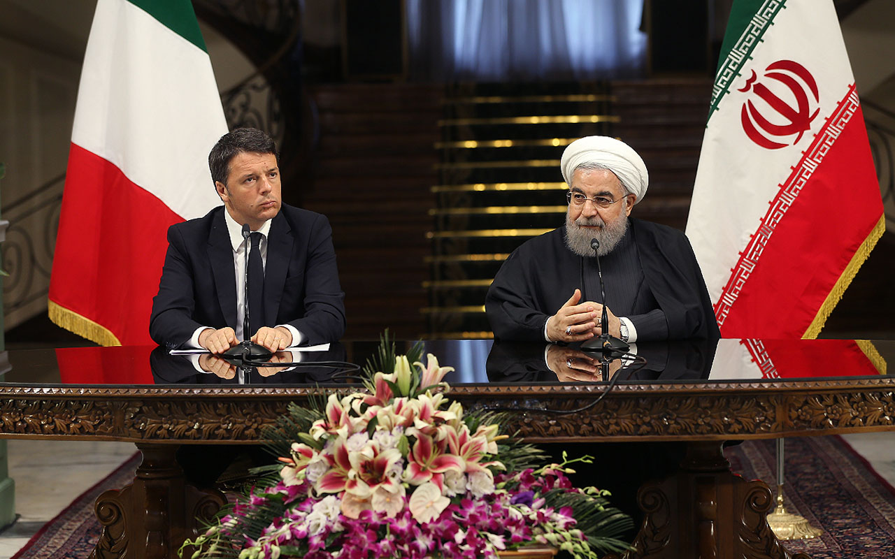 A handout picture provided by the office of Iranian President Hassan Rouhani on April 12, 2016 shows him (R) and Italian Prime Minister Matteo Renzi (L) before a press conference at the presidential palace in Tehran. Renzi started a two-day visit to Iran. / AFP PHOTO / IRANIAN PRESIDENCY / STRINGER / ==