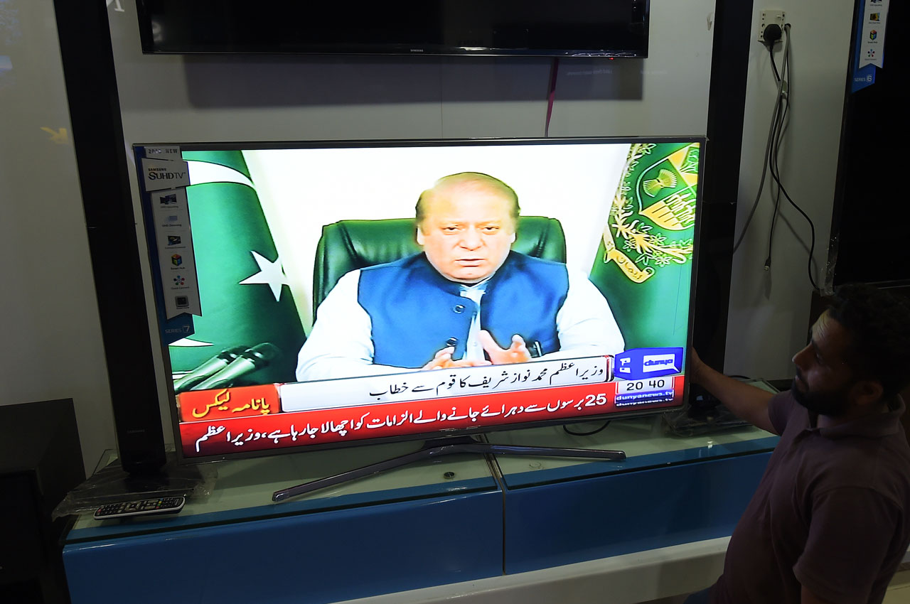 Pakistani people watch a televised addresses to the nation by Prime Minister Nawaz Sharif in Islamabad on April 5, 2016.  Pakistani Prime Minister Nawaz Sharif announced the formation of a commission to investigate allegations made in the so-called Panama Paper that linked his family to a series of offshore companies. The leak, comprising 11.5 million documents from Panama-based law firm Mossack Fonseca, exposes how some of the world's most powerful people have secreted their money offshore, and also implicated Sharif's sons Hasan Nawaz and Hussain Nawaz. / AFP / AAMIR QURESHI