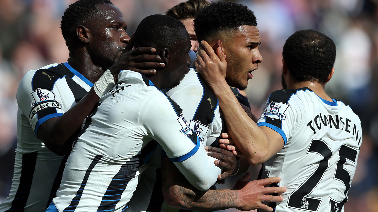 Newcastle United's English defender Jamaal Lascelles (2nd R) celebrates with teammates after scoring the opening goal of the English Premier League football match between Newcastle United and Swansea City at St James' Park in Newcastle-upon-Tyne, north east England on April 16, 2016. / AFP PHOTO / Scott Heppell