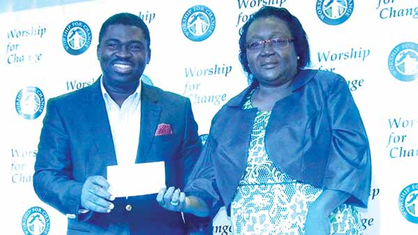 Founder/Coordinator, Worship for Change, Pastor Wale Adenuga presenting a cheque to Pastor (Mrs.) Fumilayo Adebisi, Founder/Proprietor , GEMS Evangelical Mission beneficiary of the 2015 Worship for Change Concert.