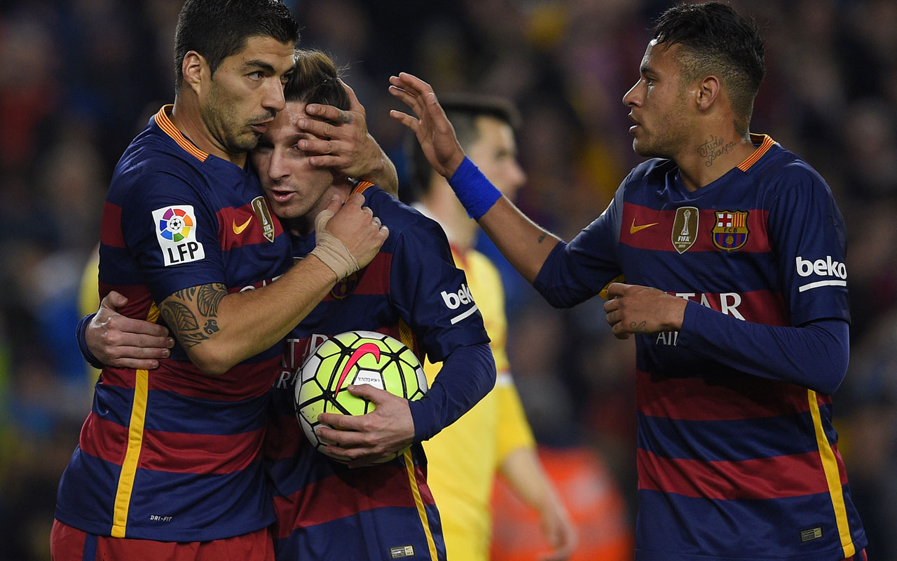 Barcelona's Uruguayan forward Luis Suarez (L) celebrates with Barcelona's Argentinian forward Lionel Messi (C) and Barcelona's Brazilian forward Neymar after scoring during the Spanish league football match FC Barcelona vs Real Sporting de Gijón at the Camp Nou stadium in Barcelona on April 23, 2016. / AFP PHOTO / LLUIS GENE