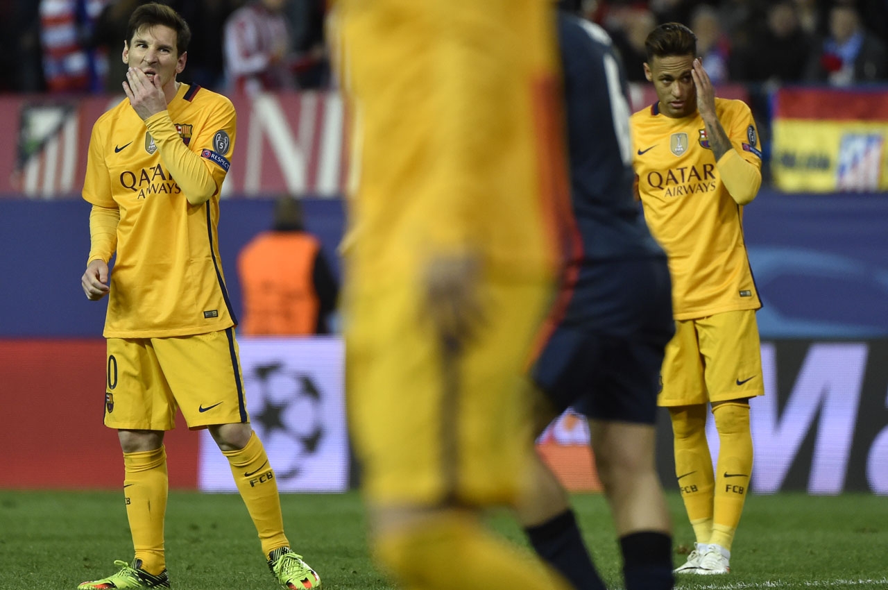Barcelona's Argentinian forward Lionel Messi (L) and Barcelona's Brazilian forward Neymar (R) stand after missing a goal opportunity during the Champions League quarter-final second leg football match Club Atletico de Madrid vs FC Barcelona at the Vicente Calderon stadium in Madrid on April 13, 2016. / AFP PHOTO / GERARD JULIEN