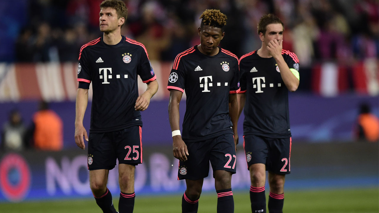 Bayern Munich's forward Thomas Mueller (L), Bayern Munich's Austrian defender David Alaba (C) and Bayern Munich's midfielder Philipp Lahm walk after losing the UEFA Champions League semi-final first leg football match Club Atletico de Madrid vs Bayern Munich at the Vicente Calderon stadium in Madrid on April 27, 2016. / AFP PHOTO / JAVIER SORIANO
