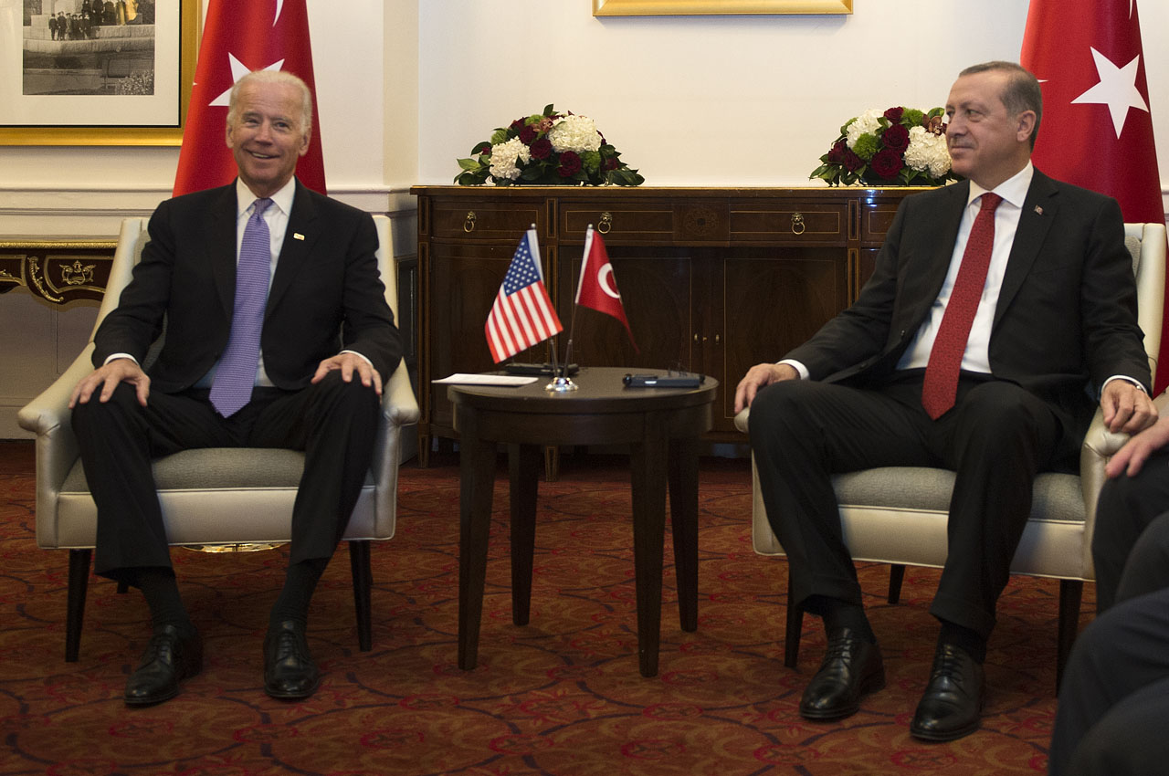 US Vice President Joe Biden (L)attends a meeting with President Recep Tayyip Erdogan of Turkey on the sidelines of the nuclear summit in Washington, DC, on March 31, 2016. / AFP / ANDREW CABALLERO-REYNOLDS