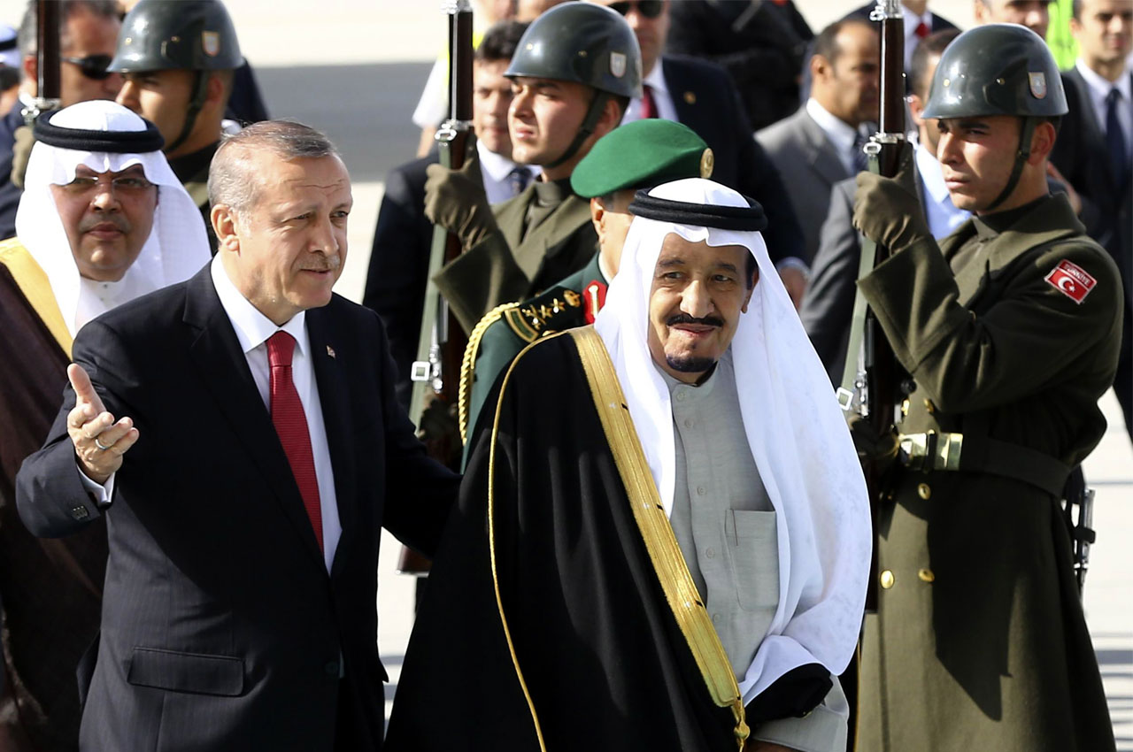 Turkey's President Recep Tayyip Erdogan (L) welcomes Saudi King Salman bin Abdulaziz Al Saud upon his arrival at Esenboga Airport in Ankara on April 11, 2016. / AFP PHOTO / ADEM ALTAN