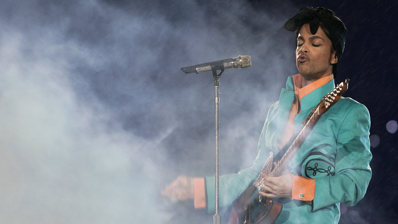 (FILES) This file photo taken on February 4, 2007 shows US musician Prince performing during half-time at Super Bowl XLI at Dolphin Stadium in Miami between the Chicago Bears and the Indianapolis Colts. A judge on April 27, 2016 appointed a special administrator to oversee Prince's estate, accepting a request from the sister of the pop star who died without leaving a will. Kevin Eide, a district judge in suburban Carver County in Minnesota, said he heard no objections during a conference call with parties of interest and ordered a more formal hearing on Monday. / AFP PHOTO / Roberto SCHMIDT