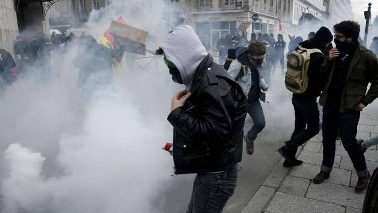 Protesters clash with riot police using tear gas at a demonstration against the French government's labour law reforms on April 9, 2016, in Rennes.PHOTO: AFP