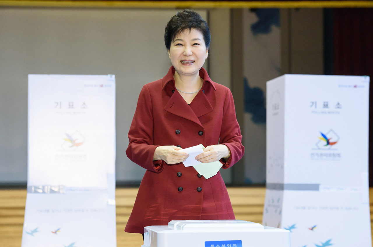 This handout photo taken on April 13, 2016 and released by South Korean presidential Blue House shows South Korean President Park Geun-Hye casting her vote for the parliamentary elections at a polling station in Seoul. South Koreans voted on April 13 in legislative elections clouded by North Korean nuclear threats and the multiple challenges facing Asia's fourth-largest economy, as President Park Geun-Hye enters the final stretch of her term in office. / AFP PHOTO / The Blue House / THE BLUE HOUSE