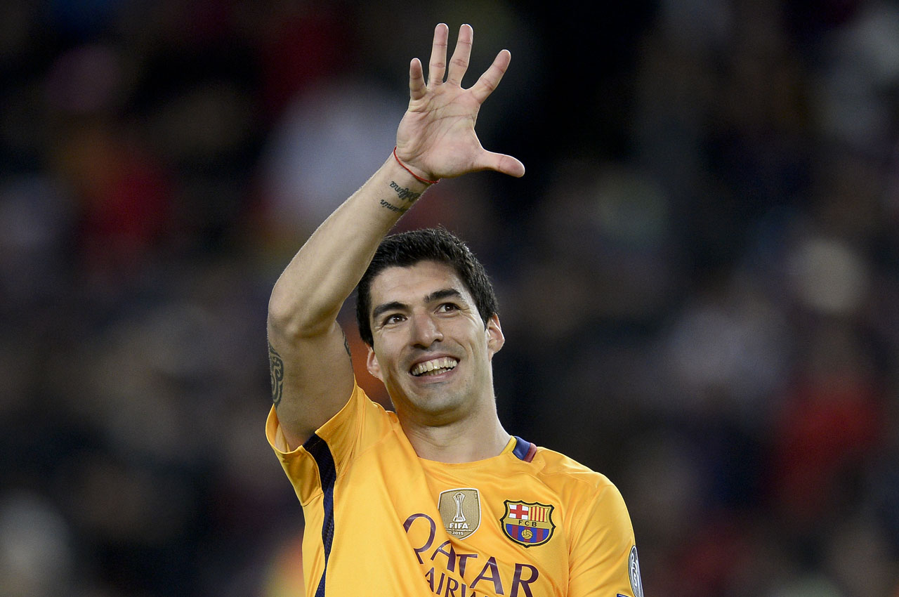 Barcelona's Uruguayan forward Luis Suarez gestures during the UEFA Champions League quarter finals first leg football match FC Barcelona vs Atletico de Madrid at the Camp Nou stadium in Barcelona on April 5, 2016. / AFP PHOTO / JOSEP LAGO