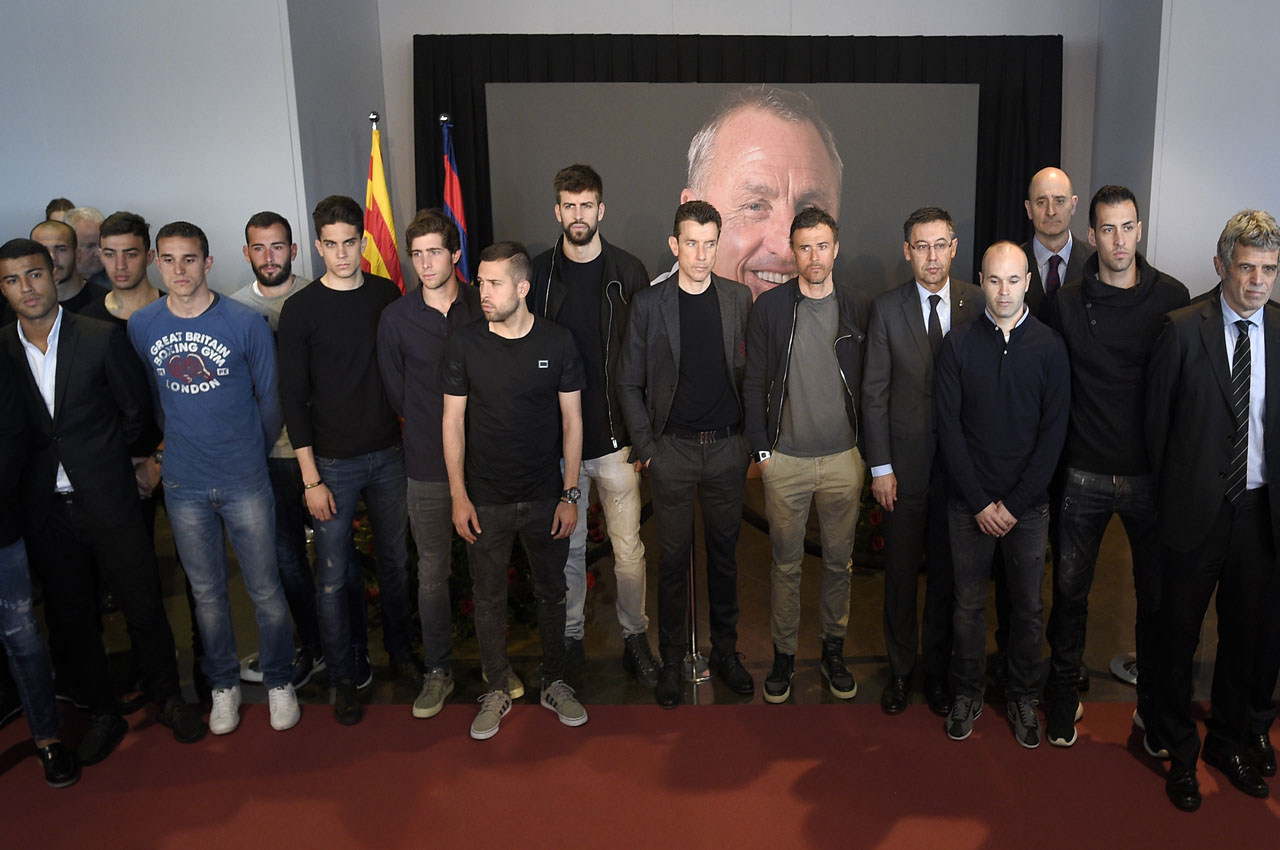 FC Barcelona players and coach pose as they pay tribute to late Dutch football star Johan Cruyff in a special condolence area set up at Camp Nou stadium, in Barcelona on March 29, 2016. Cruyff, one of the greatest footballers of all time who dazzled with his artistry, died on March 24, 2016 at the age of 68 after losing a battle with lung cancer, prompting an avalanche of tributes from around the sports world. / AFP / LLUIS GENE