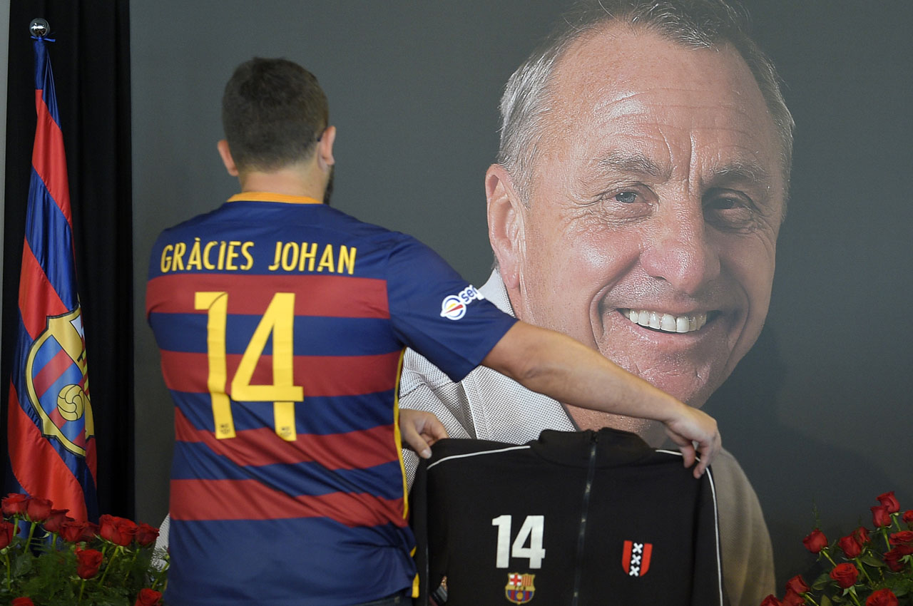 A FC Barcelona supporter pays tribute to late Dutch football star Johan Cruyff in a special condolence area set up at Camp Nou stadium, in Barcelona on March 29, 2016. Cruyff, one of the greatest footballers of all time who dazzled with his artistry, died on March 24, 2016 at the age of 68 after losing a battle with lung cancer, prompting an avalanche of tributes from around the sports world. / AFP / LLUIS GENE