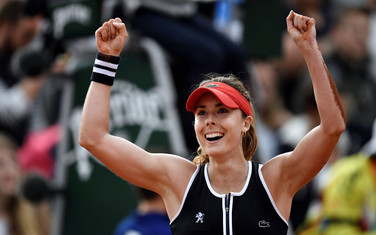 France's Alize Cornet celebrates after beating Germany's Tatjana Maria during their women's second round match at the Roland Garros 2016 French Tennis Open in Paris on May 26, 2016. / AFP PHOTO / PHILIPPE LOPEZ