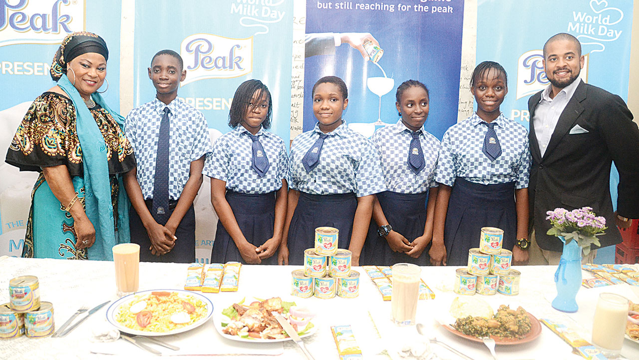 From left:  Nollywood Actress, Sola Shobowale, students of Wellspring College Omole Phase 2 with the Chef, Adeniyi Williams, during the 'Art of Milk' initiative among schools in Lagos State by Peak Milk.
