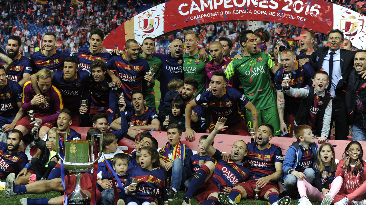a26ae2f74 Barcelona's players pose with the trophy after winning the Spanish