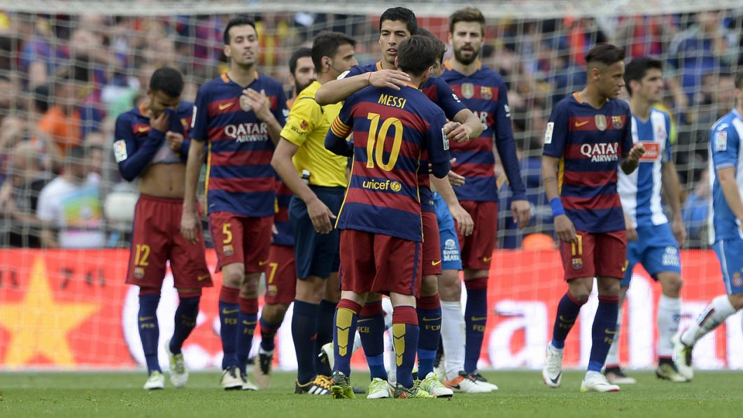 Barcelona's players celebrate their win after the Spanish league football match FC Barcelona vs RCD Espanyol at the Camp Nou stadium in Barcelona on May 8, 2016. / AFP PHOTO / JOSEP LAGO