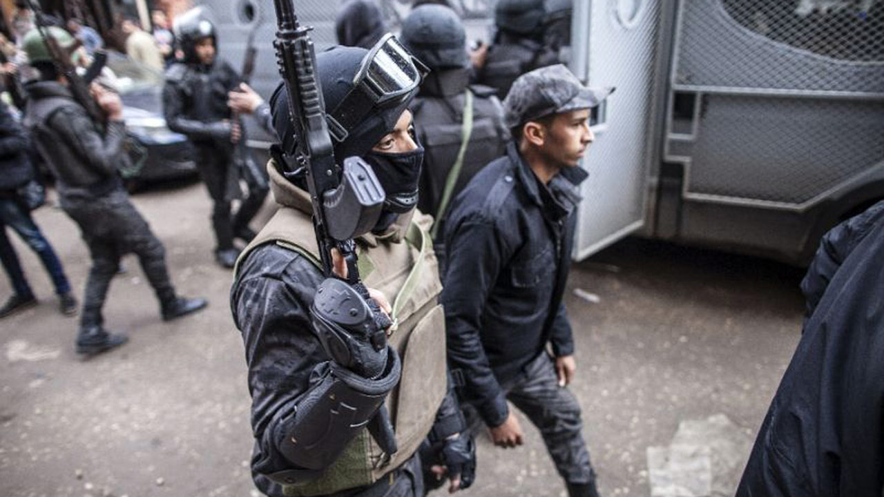 Gunmen kill eight Egyptian policemen south of Cairo