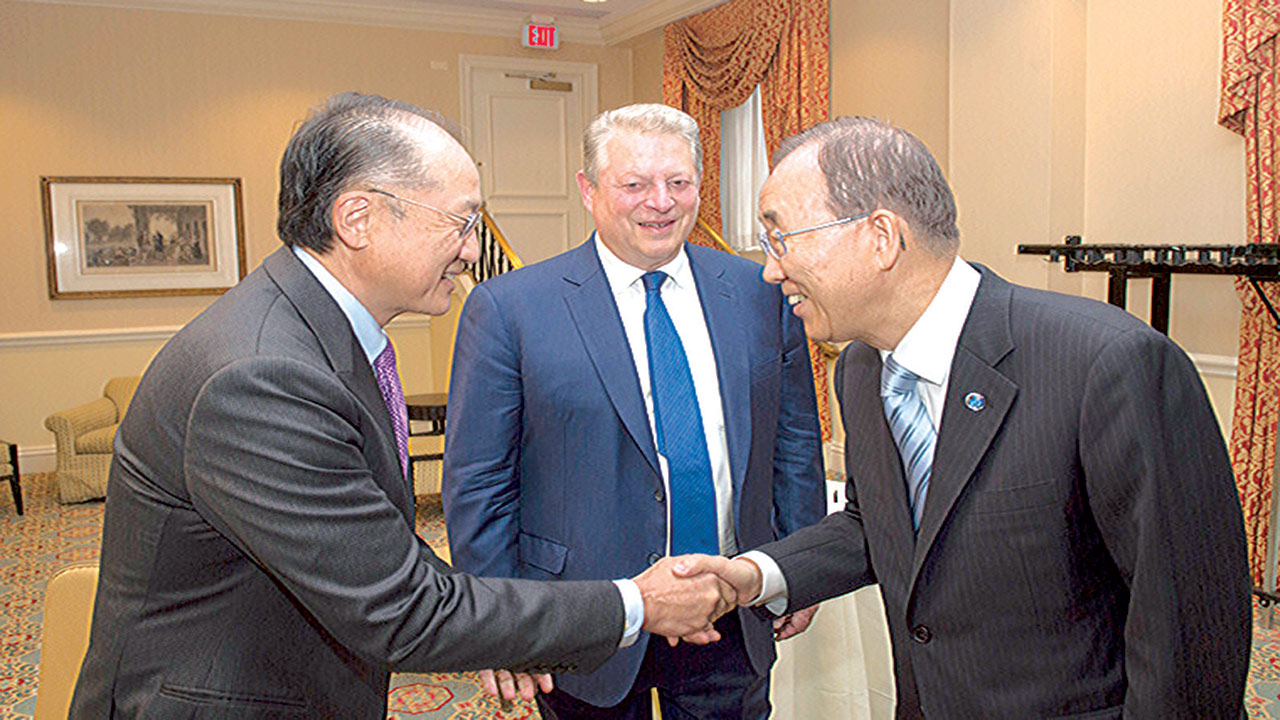 UN Secretary-General Ban Ki-moon is greeted by Jim Yong Kim, President of the World Bank Group. Former Vice President of the United States Al Gore looks on. UN Photo/Eskinder Debebe