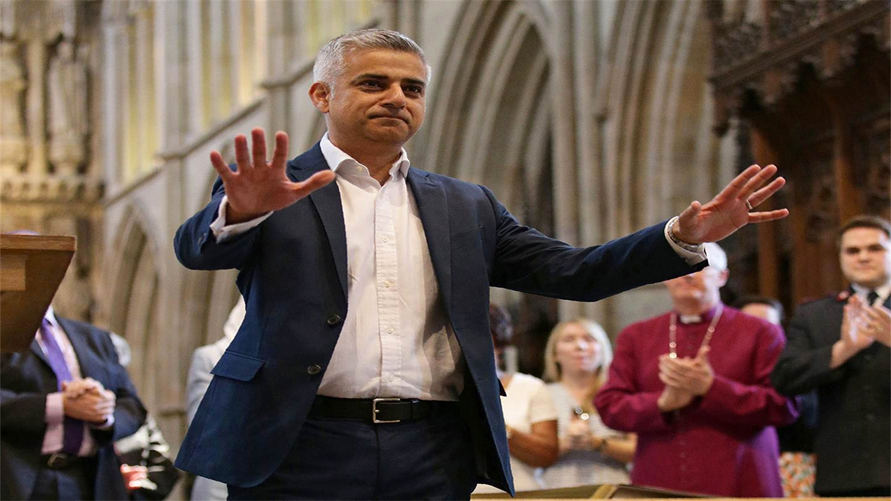 Britain's incoming London Mayor Sadiq Khan gestures during his swearing-in ceremony at Southwark Cathedral in cental London on May 7, 2016. YUI MOK / AFP .
