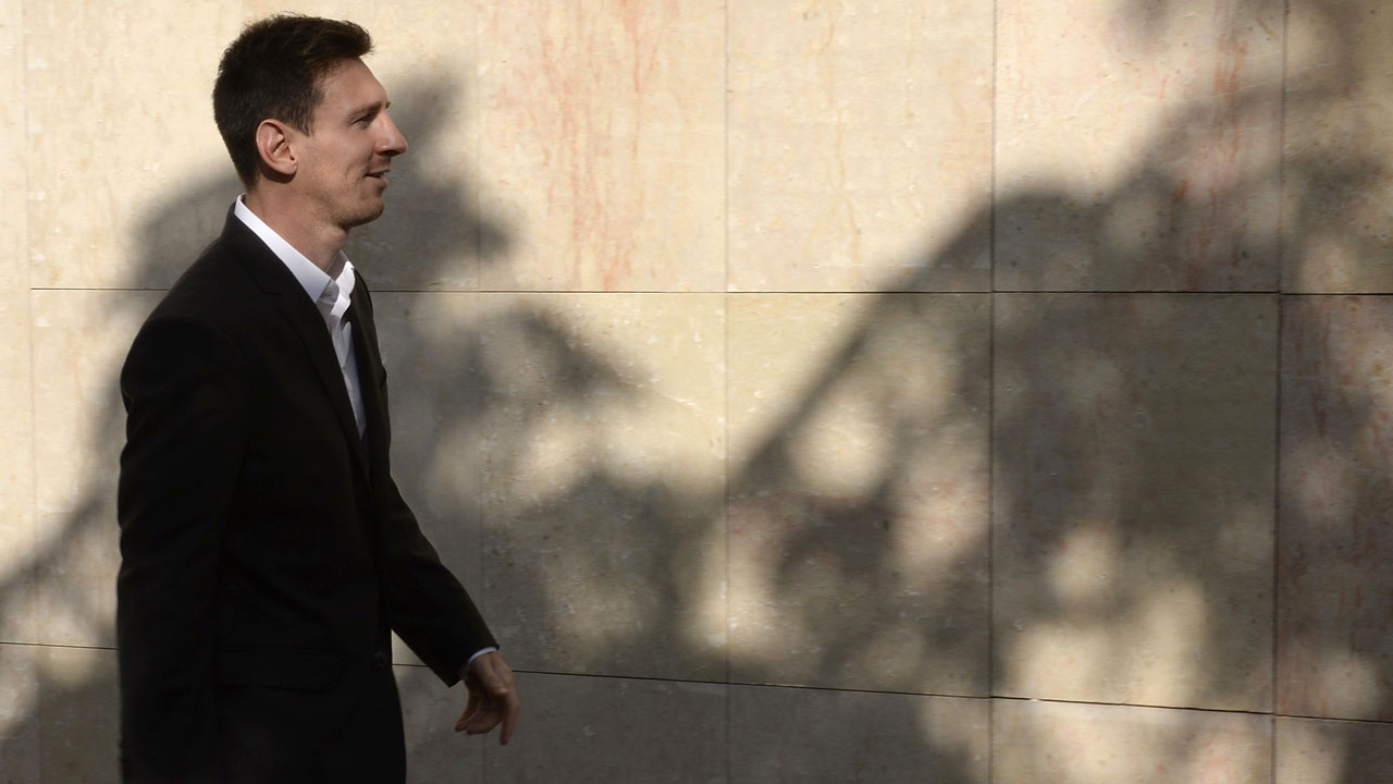Barcelona football star Lionel Messi arriving to the courhouse in the coastal town of Gava near Barcelona on September 27, 2013 to face judges on tax evasion charges. Argentina star Lionel Messi, one of the world's highest-paid athletes, goes on trial in Barcelona on May 31, for allegedly defrauding Spain of over four million euros in unpaid taxes. / AFP PHOTO / LLUIS GENE