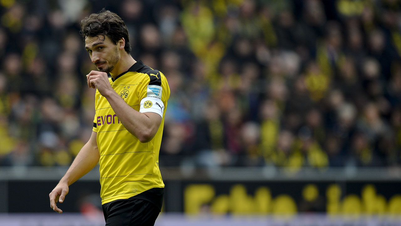 Dortmund's defender Mats Hummels reacts during the German first division Bundesliga football match Borussia Dortmund vs VfL Wolfsburg, in Dortmund, western Germany, on April 30, 2016. / AFP PHOTO / Sascha SCHÜRMANN /