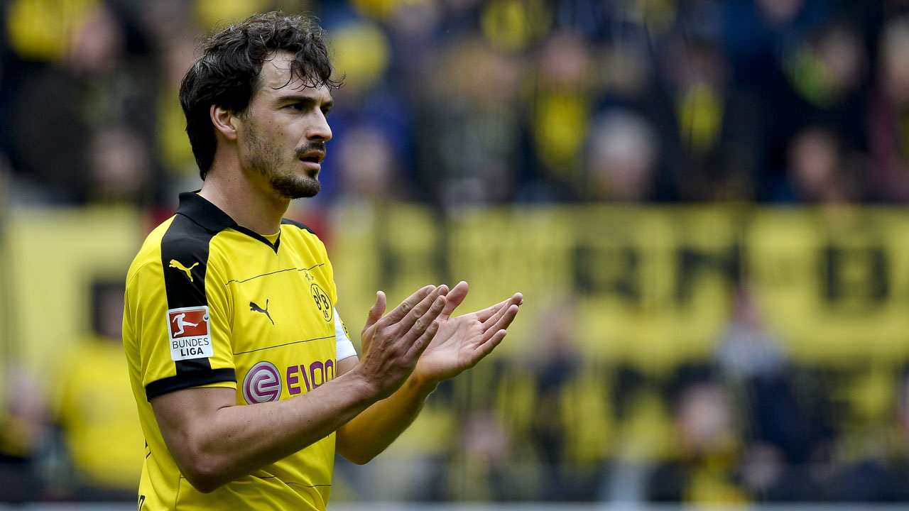 (FILES) This file photo taken on April 30, 2016 shows Dortmund's defender Mats Hummels during the German first division Bundesliga football match Borussia Dortmund vs VfL Wolfsburg, in Dortmund, western Germany, on April 30, 2016. According to German newspaper Bild, the defender has completed his move to rival Bayern Munich for a fee of 35 million Euro.   / AFP PHOTO / Sascha SCHÜRMANN
