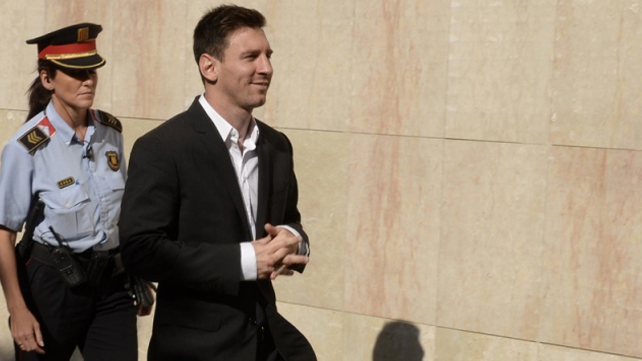 (FILES) This file photo taken on September 27, 2013 shows Barcelona football star Lionel Messi arriving to the courhouse in the coastal town of Gava near Barcelona on September 27, 2013 to face judges on tax evasion charges.   Argentina star Lionel Messi, one of the world's highest-paid athletes, goes on trial in Barcelona on May 31, for allegedly defrauding Spain of over four million euros in unpaid taxes.  / AFP / LLUIS GENE