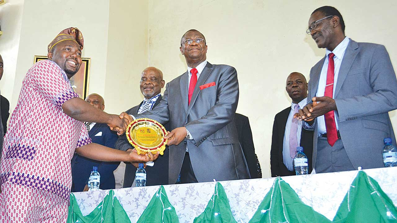 Acting Speaker, All-Africa Students Union (AASU), Mr Armstrong Ovie-Afabor (left) presenting the 2016 Kwame Nkurumah Leadership Award to the University of Nigeria (UNN) Vice Chancellor, Prof. Benjamin Ozumba recently. Ozumba is flanked by some principal officers of the university.
