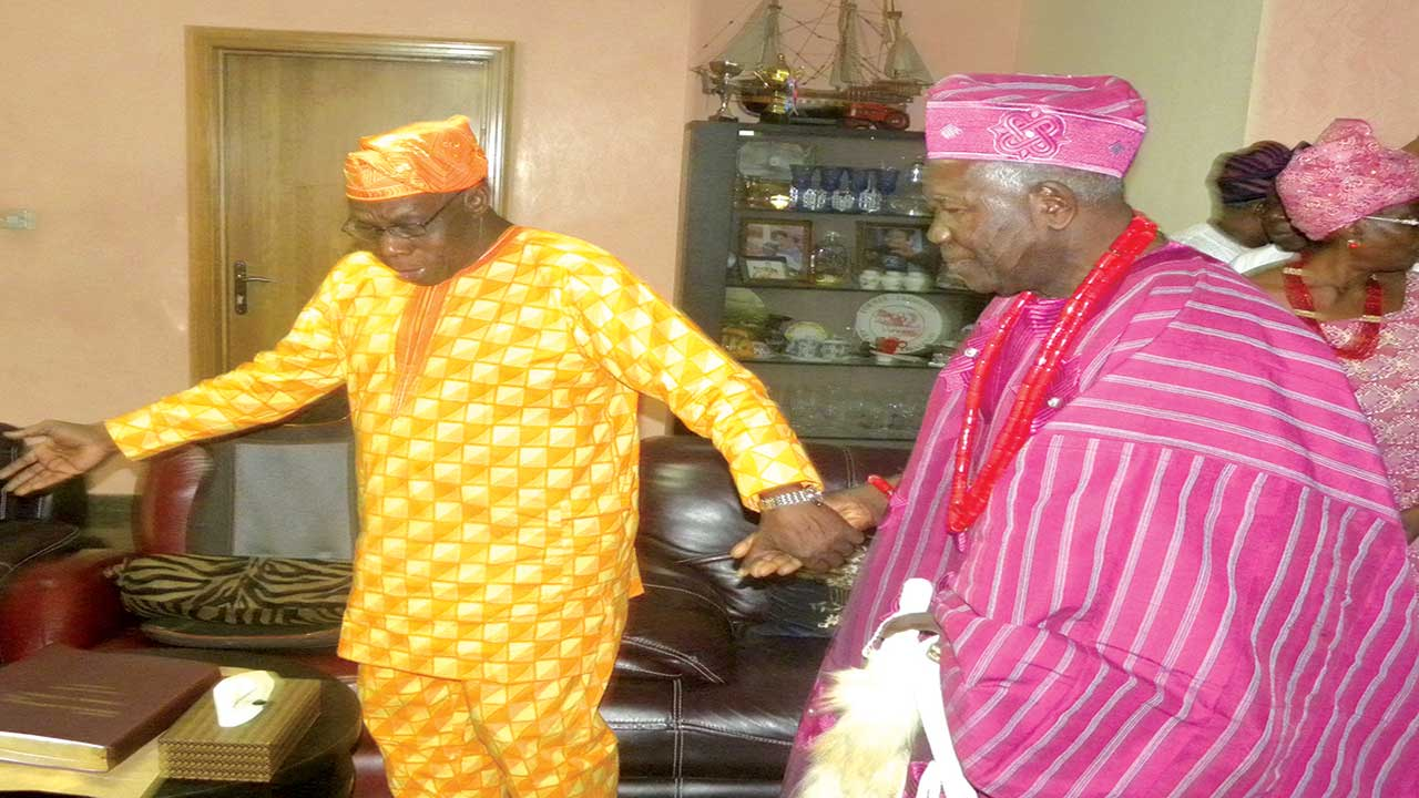 Chief Olusegun Aremu Obasanjo (left) and the Olubadan of Ibadan, Oba Saliu-Adetunji during the official visit of new Olubadan to the former president at his resident in Abeokuta …yesterday PHOTO: MUSILIMU AREMU