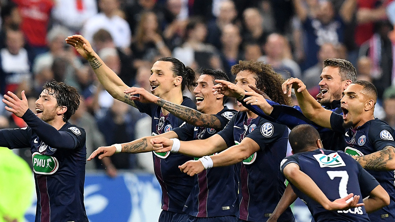 Paris Saint-Germain's players celebrate on the pitch after winning the French Cup final football match against Marseille (OM) on May 21, 2016 at the Stade de France in Saint-Denis, north of Paris. AFP PHOTO / FRANCK FIFE / AFP PHOTO / FRANCK FIFE