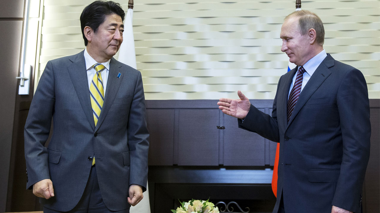 Russian President Vladimir Putin (R) meets with Japanese Prime Minister Shinzo Abe at the Bocharov Ruchei state residence in Sochi on May 6, 2016. / AFP PHOTO / POOL / Pavel Golovkin