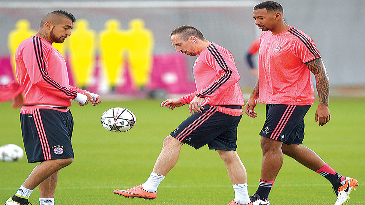 Bayern Munich's French midfielder Franck Ribery (middle) controls the ball next to his teammates defender Jerome Boateng (right) and Chilean midfielder Arturo Vidal during the final team training session one day prior to the Champions League semi-final, second-leg against Atletico Madrid…yesterday. PHOTO: AFP