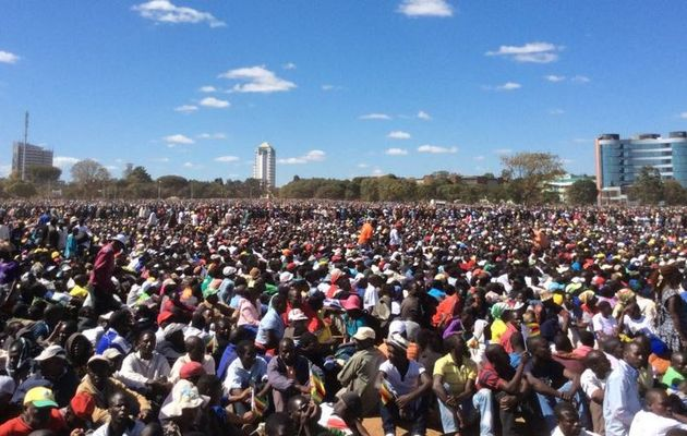 Thousands stage pro-Mugabe march in Zimbabwe capital