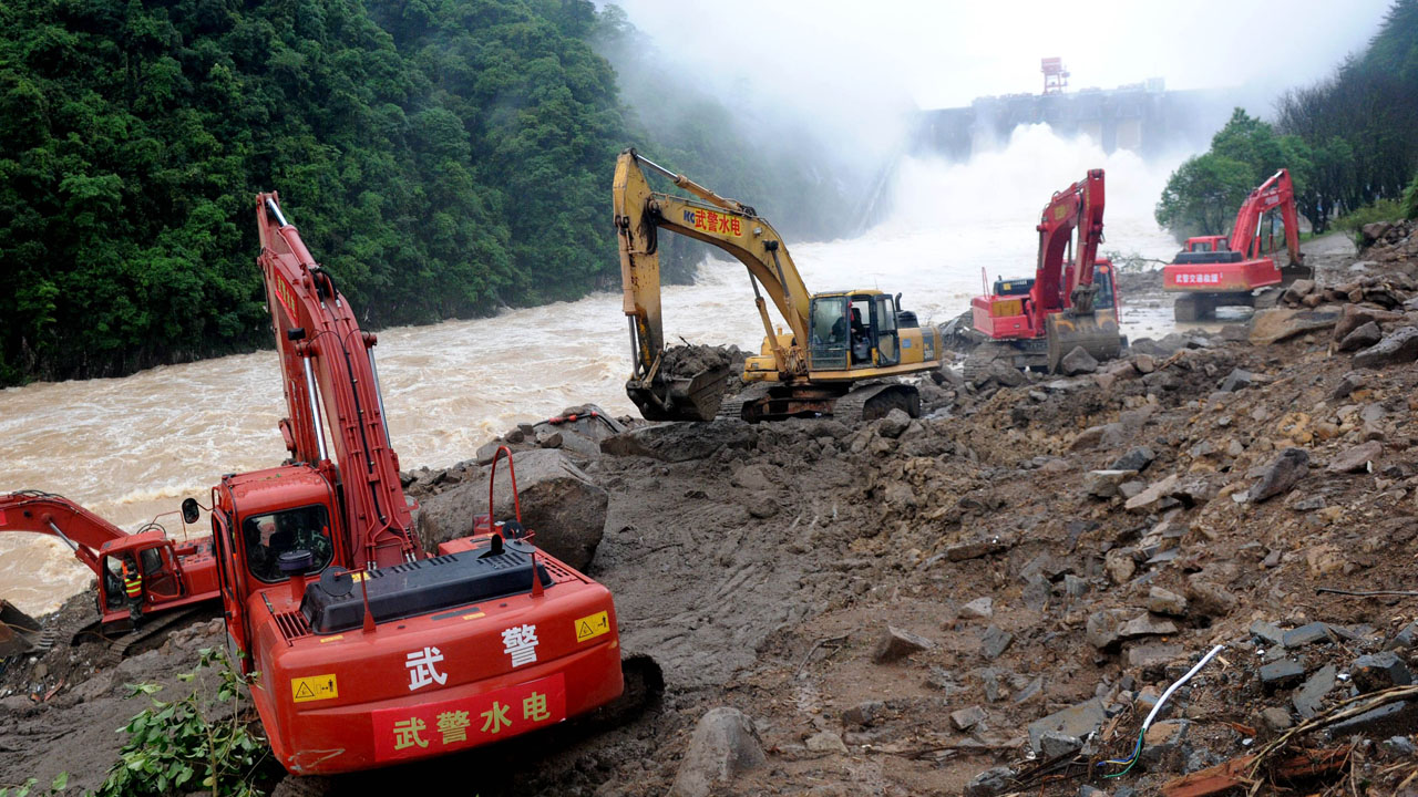 Rescuers search for survivors at the site of a landslide in Taining County, in China's eastern Fujian province on May 9, 2016. The landslide in southeastern China has killed 22 and left 17 still missing, state media said on May 9, after it engulfed workers at construction site. / AFP PHOTO / STR / China OUT