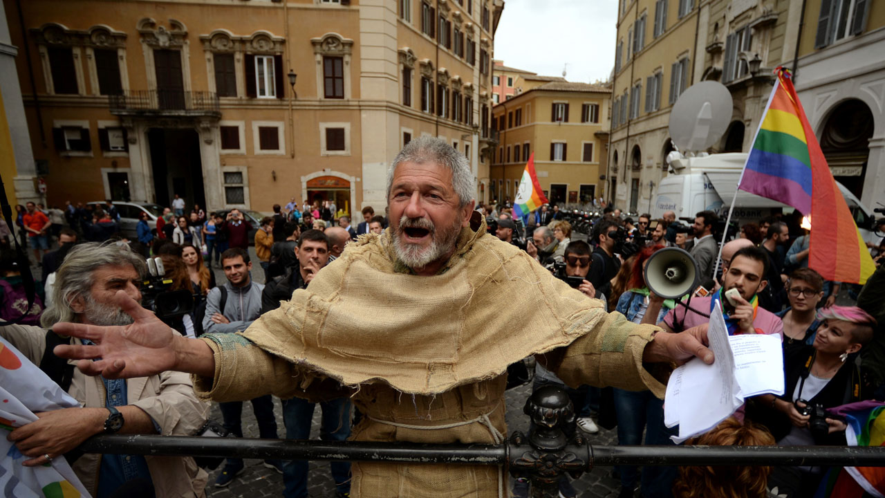 A man dressed as a friar demonstrate against same-sex civil unions outside the Italian Parliament in Rome on May 11, 2016. Italy's parliament gave a green light for the introduction of gay civil unions in the last major Western country not to legally recognise same-sex relationships. Lawmakers in the lower-house Chamber of Deputies voted 369-193 in favour of a vote of confidence in the government which makes final approval of the divisive civil unions bill automatic / AFP PHOTO / FILIPPO MONTEFORTE