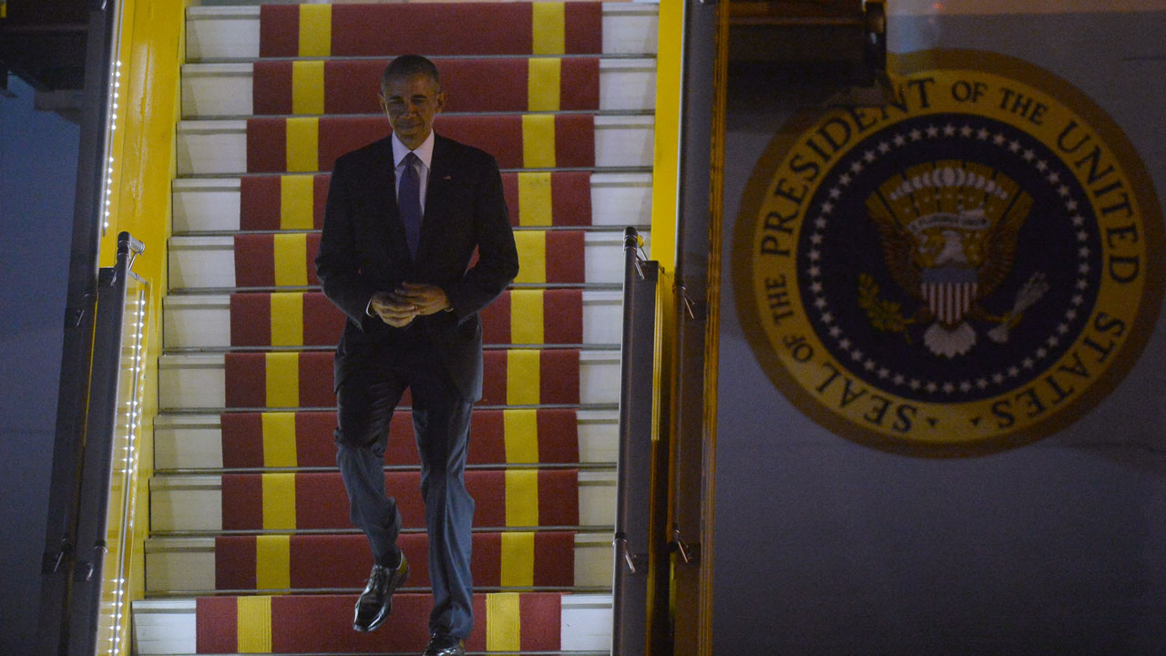 US president Barack Obama walks down from the Airforce One as he landed at Hanoi's international Noi Bai airport on May 22, 2016. HOANG DINH NAM / POOL / AFP